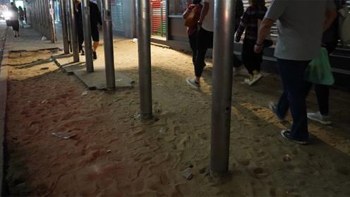 """心里有沙处处是马尔代夫?暴徒到处掘地砖 拆出8900平米""""沙漠"""""""