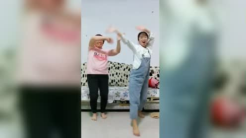 和婆婆舞一段!永远不在一个频道上!