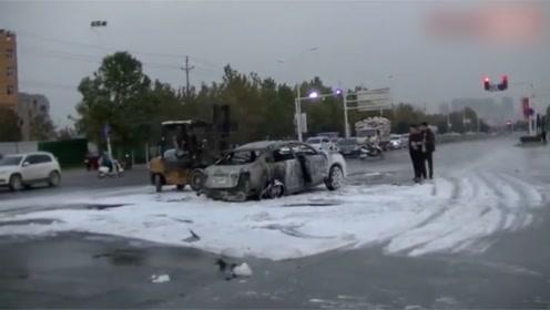 电动出租车街头爆炸后烧毁,司机母亲赶到后痛哭:刚借钱租来3天