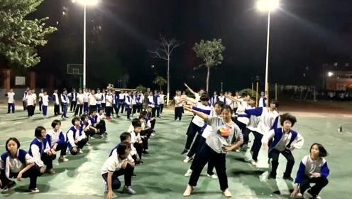 校园学生晚上练习运动会舞蹈《野狼disco》,网友:看点十足