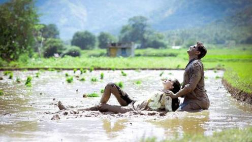 爱泥?爱你!印度情侣在泥浆中拍婚纱照走红网络
