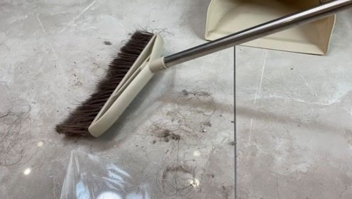 扫地前,给扫把配个塑料袋,毛发全扫净,地面灰尘再多都不怕