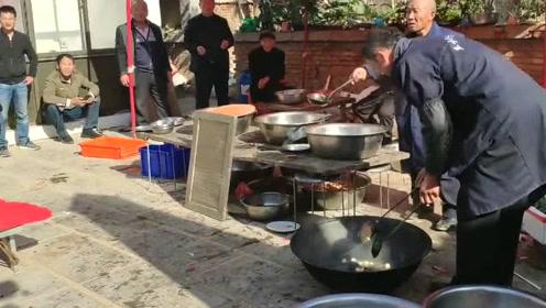 乡村吃大席,早餐非常简单,而且每人一碗热乎乎的杂拌汤!