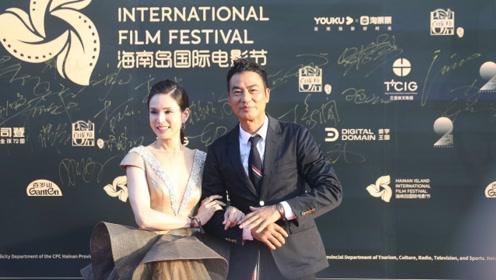 李若彤任达华合体亮相电影节红毯,细心帮小龙女整理裙摆被赞绅士