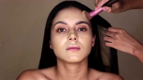 女子长得还不错,化个烟熏妆容,变身气质美女