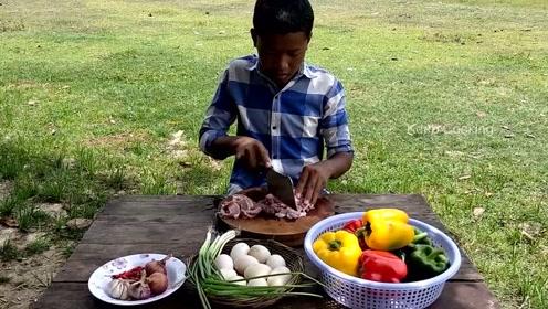 实拍印度农村状况,16岁孩子做饭,看起来非常幸福的样子