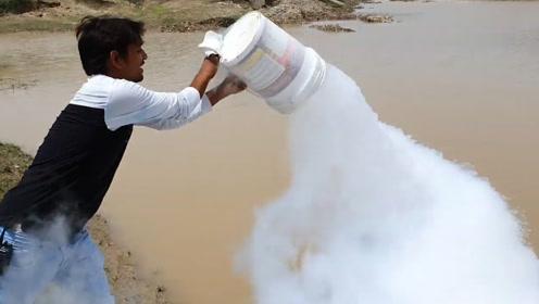 趣味实验:将一桶液氮倒向烈日下的水塘里,液氮的表现太震撼了!