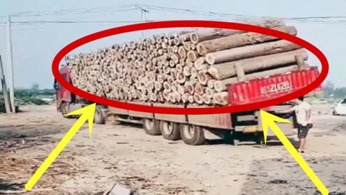 太罕见!大货车卸木头是这种操作,看上去太麻溜了,厉害!