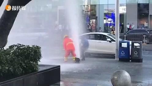消防栓被撞断水柱喷出5米高,抢险人员扑上去用身体压水柱