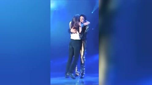 迈克尔杰克逊的拥抱,这女的可以吹一辈子了!
