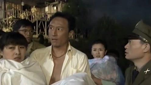 丈夫跟妻子正在熟睡,不料屋里突然着火,直接抱着妻子往外跑!