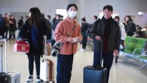 黄磊夫妇走机场,一身699情侣装太接地气,三娃妈孙莉素颜好少女
