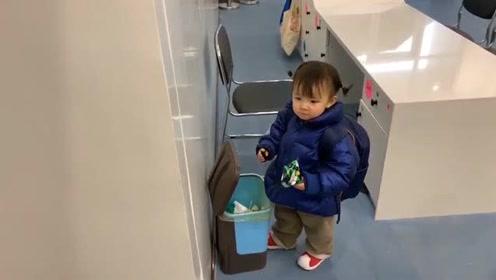 小女孩脚一直踩着垃圾桶的踏板,只要生活中用心观察,会带来许多惊喜!
