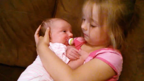 5岁小姐姐哄妹妹睡觉,把娃搂在怀里一脸深情的看着,就是看不够