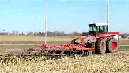简单粗犷的外形,掩盖不住它那狂暴的动力,俄罗斯农民的拖拉机