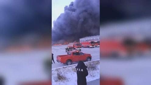 内蒙古满洲里一物流园大火 现场浓烟滚滚遮天蔽日