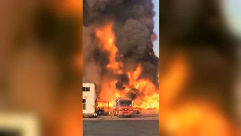 山东菏泽一工厂车间发生燃爆 浓烟包裹着巨大火球腾空而起
