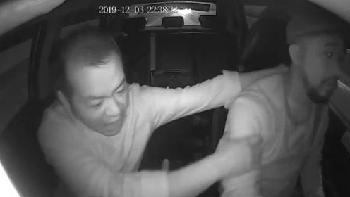 醉酒男出租车上发酒疯拉扯司机 致严重追尾事故