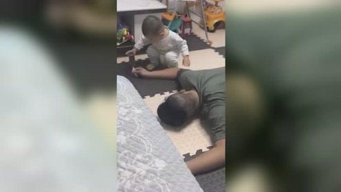 爸爸or雪糕? 宝爸装晕测试儿子结局让人笑哭