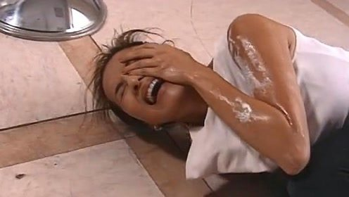 富婆被小白脸害破产,债主带硫酸找上门来,下秒富婆抱脸痛哭!