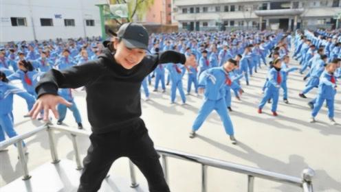 美国学生来到中国,经过操场时瞬间迷茫:你们管这叫课间操?