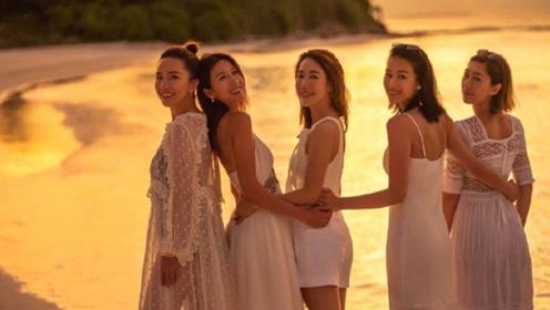胡杏儿与闺蜜团同游马尔代夫 海边逆光摆LOVE造型超梦幻