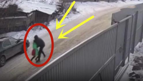 歹徒当街掳走路边女孩,16岁男孩机智应对将人救出,明目张胆!