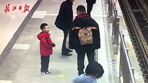 """抱着妈妈亲亲,给爸爸跳舞,地铁站里的暖心""""小天使"""""""