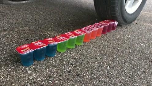 趣味实验:把果冻放在汽车轮胎下边碾压!