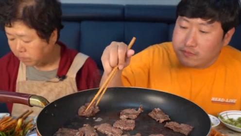 韩国小伙将猪肉煎着吃?你不感觉浪费吗?看样子真的就是有钱了