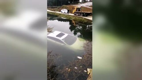 白色轿车开到河中泡一泡,这样洗的更干净!