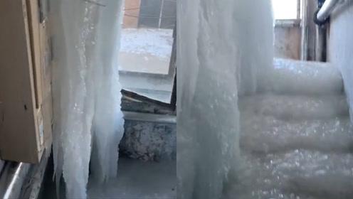 冰帘洞?男子拆电表遇拆迁楼,楼内3层被冰层覆盖