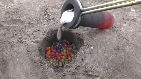 老外将水宝宝填满地洞,倒入700度铝水后,成品让人眼前一亮!