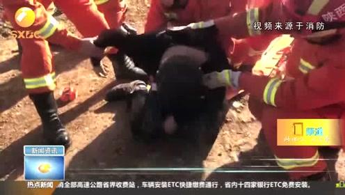 大冬天男子掉入水渠险丧命 消防员现场心肺复苏紧急抢救
