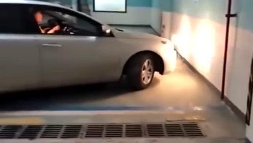 刚拿到驾照,女司机就原地掉头,胆子真是太大了!