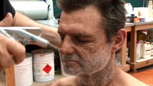 难怪电影里的胡子妆容这么逼真,原来喷上去的