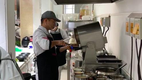 黑科技?高校食堂采用自动炒菜机30秒即可出餐,同学:没有灵魂!