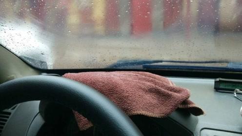 老司机:车窗上有雾无需再用毛巾擦了,仅用一招,车窗就明亮了!