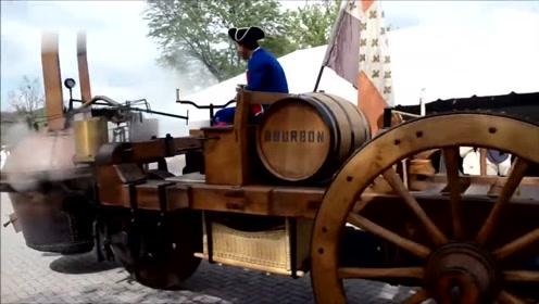 100年前的蒸汽拖拉机上街,还能动起来!