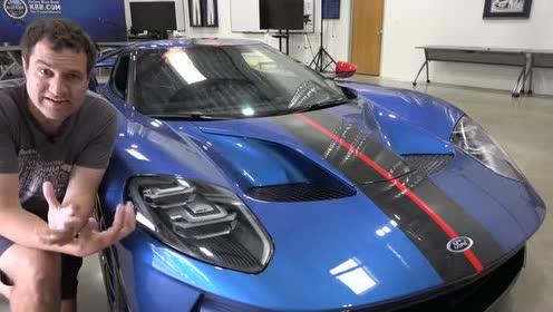 内饰方面,福特GT大面积采用Alcantara及碳纤维材质