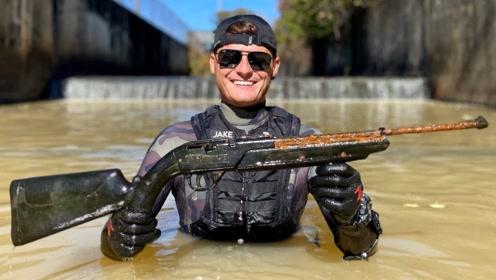 小伙水里寻宝,竟然发现了一把狙击枪?拿上一看高兴坏了!