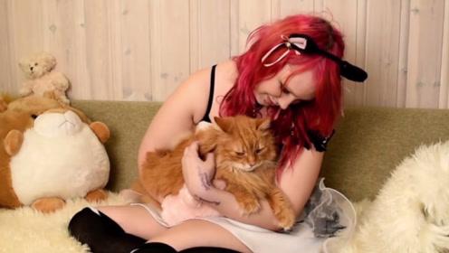 """现实版""""猫女郎"""",害怕水不洗澡,每天只吃猫粮和鱼罐头为生"""