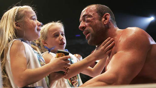 """菲多现场打""""假拳"""",对手被打的满脸淤血,俩女儿满脸委屈泪水!"""