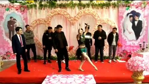 婚礼司仪教伴郎跳舞,这身段还真学不来