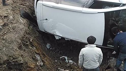 新手司机转弯的时候让货车,没想到旁边是个大坑,结果翻车了