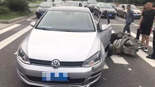 等红灯被电动车追尾,导致骑车人受伤,车主有责任吗?