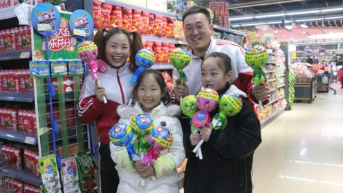 搞笑童年;每次上超市都要妈妈给买,超大棒棒糖,又大又甜真好吃