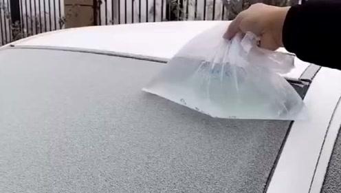 在冬天车玻璃上有霜怎么办?教你一招,保证快速又有效!