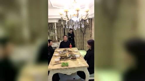 俺们家的饭桌规矩,爸爸不动筷子,哪个也别动