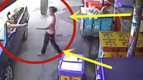 小伙停车买饮料,下一秒美女老板躲过一劫,监控拍下可怕瞬间!